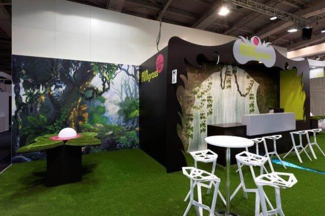 Kunstgras en grote banner met een bos op een stand   © www.Expopoint.be