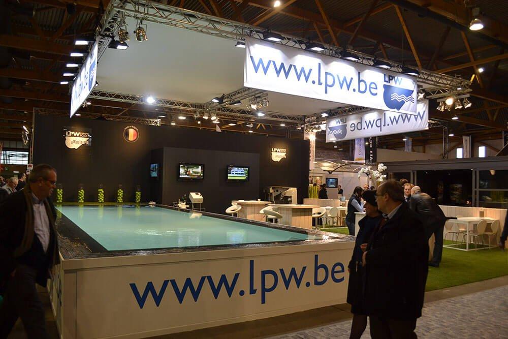 Beursstand met een zwembad gevuld met water | © www.Expopoint.be