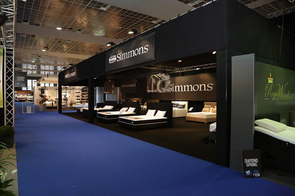 Zwarte, grote stand voor bedden en matrassen | © www.Expopoint.be