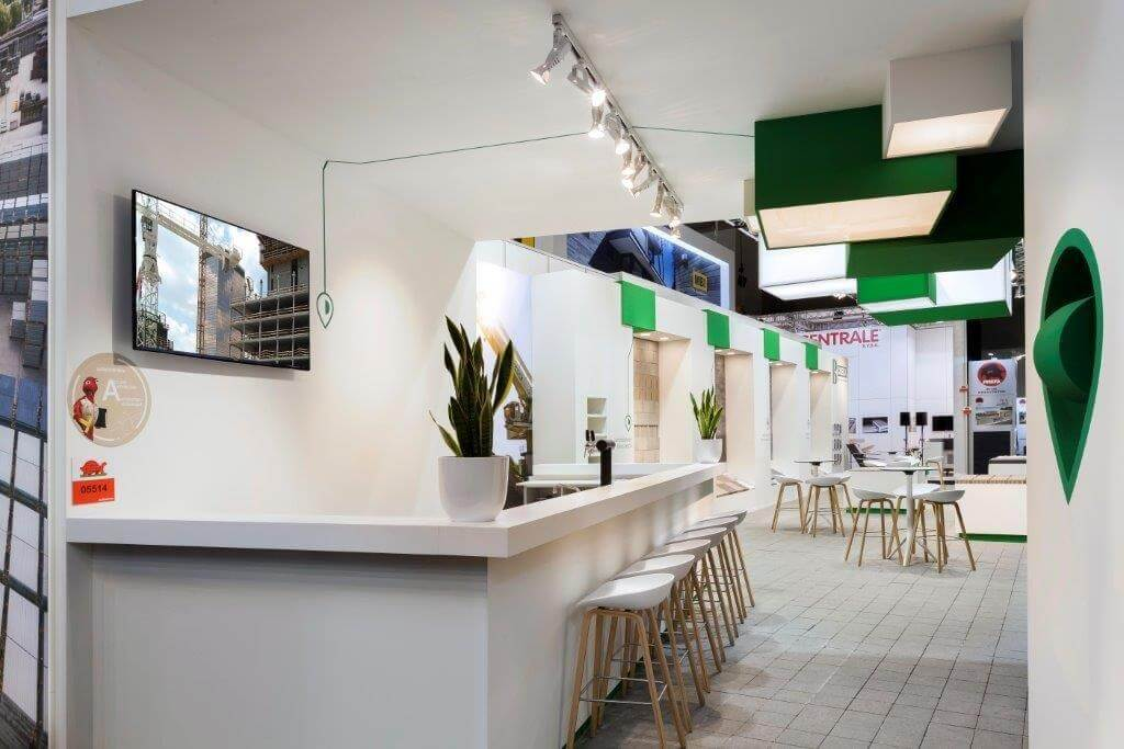 Beursstand met bar en zitkrukken   © www.Expopoint.be