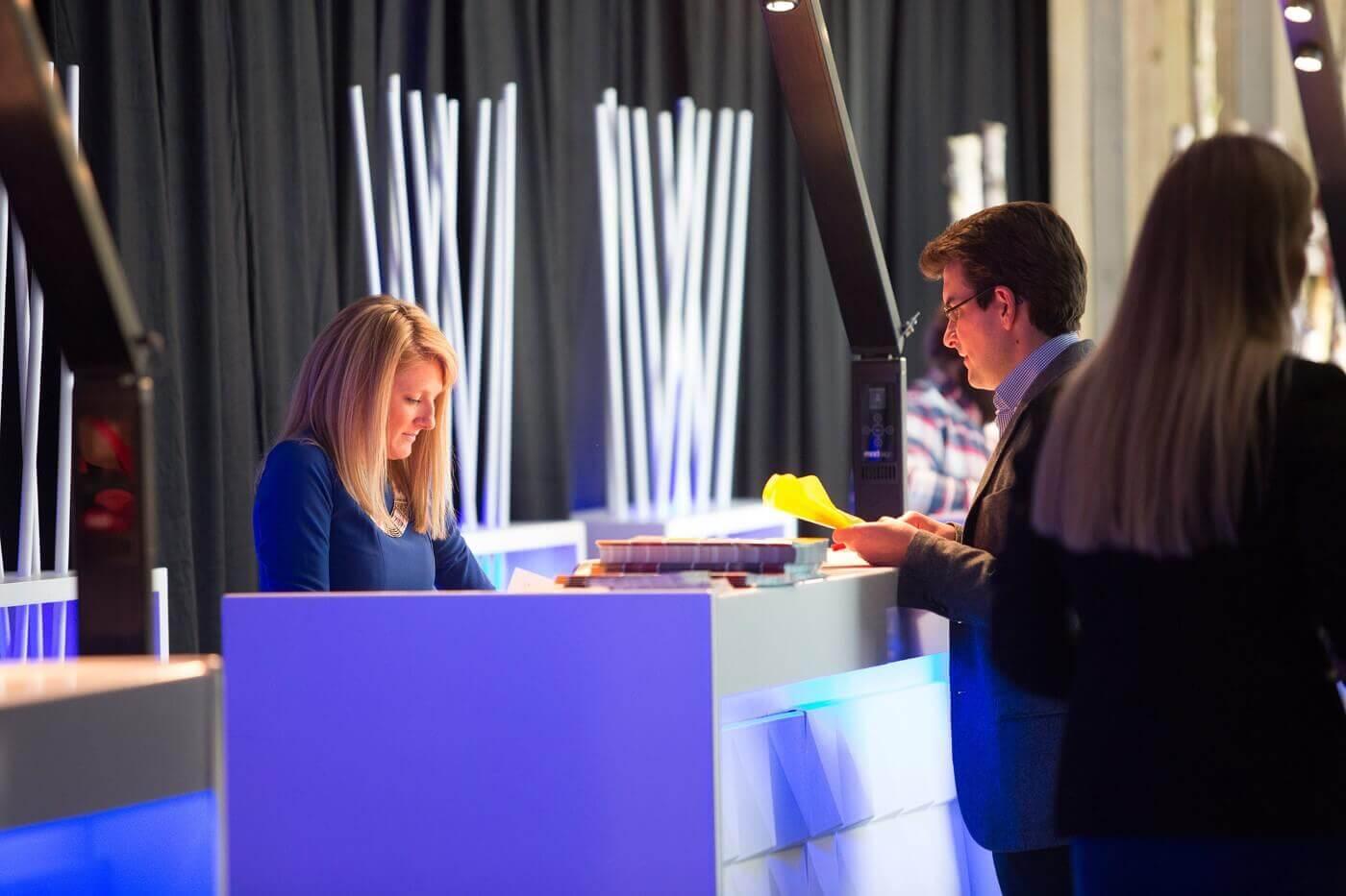 Onthaaldesk met verlichting voor een vakbeurs | © www.Expopoint.be