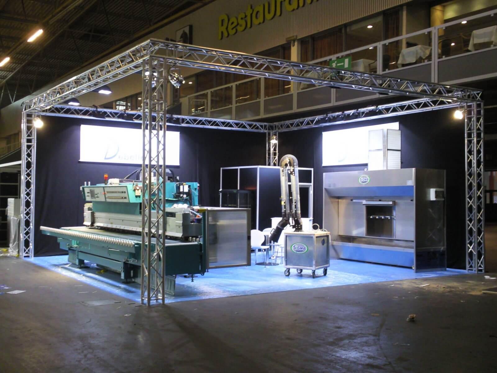 Industriële look van een beursstand met truss gebouwd voor machines | © www.Expopoint.be