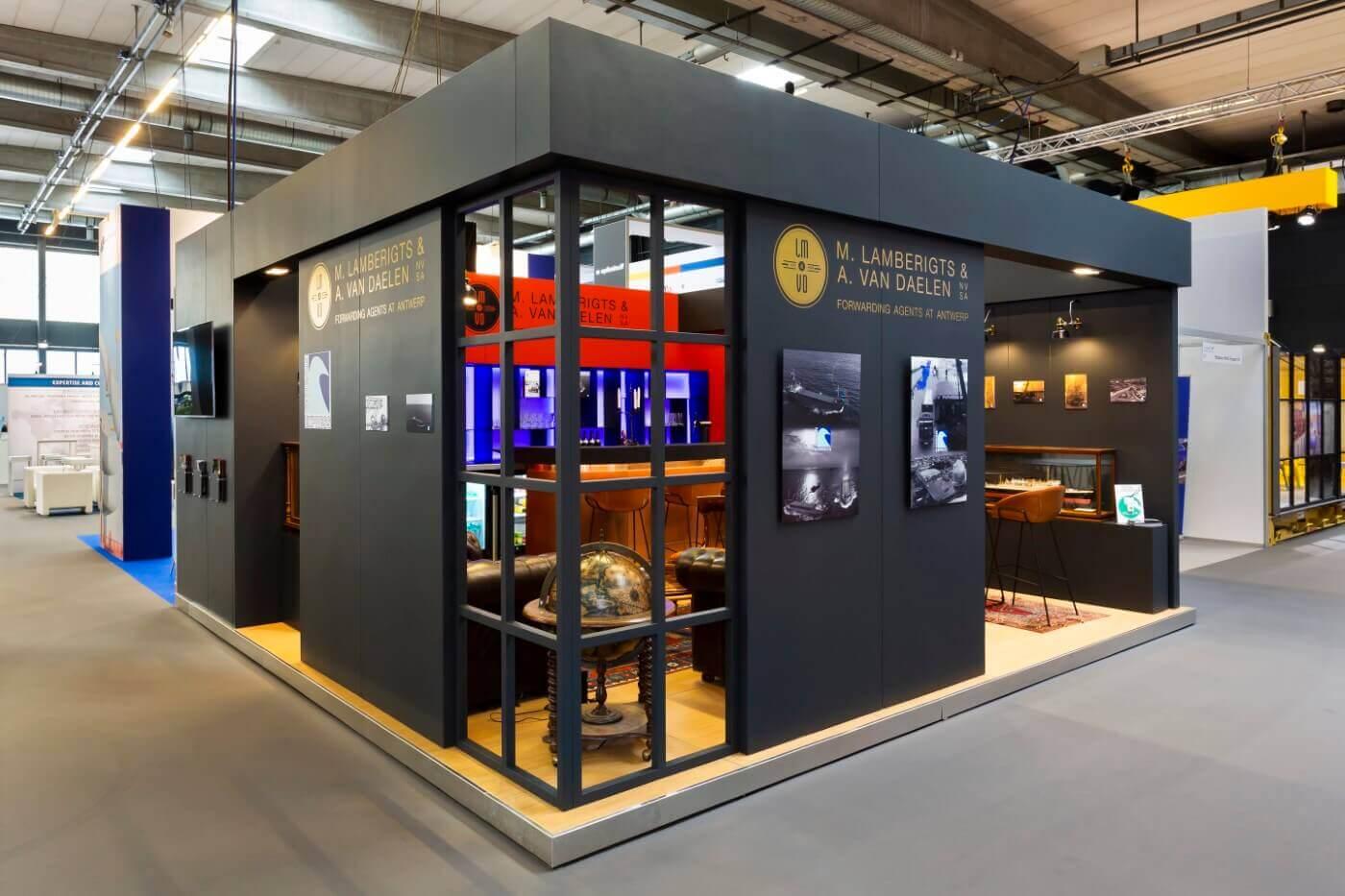 Beursstand met houtconstructie in het zwart | Bezoek www.expopoint.be voor meer inspiratie